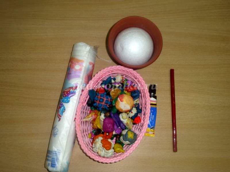 Для деревца кроме ватных дисков нам понадобится пластилин, клей, шар-основа, кашпо, палочка для ствола и декор
