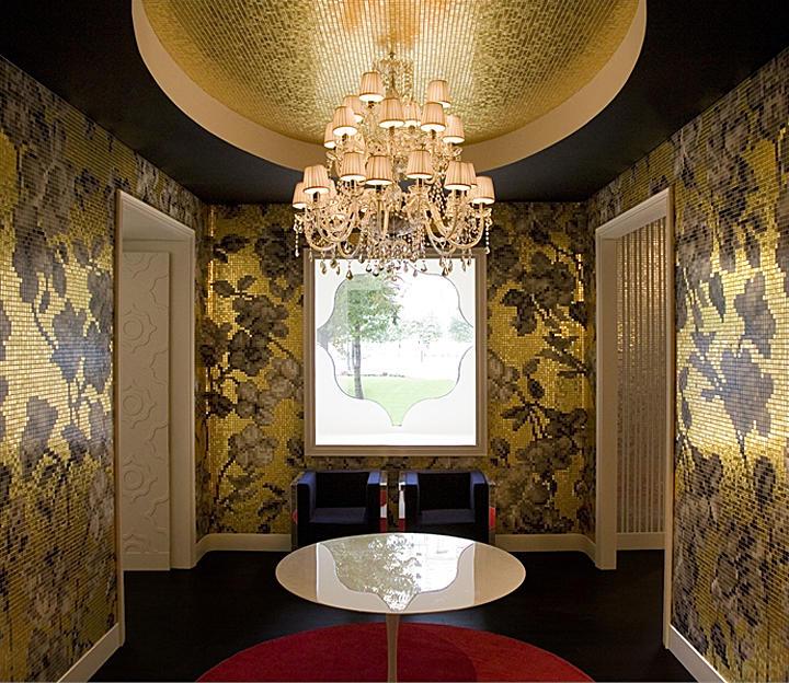 Светлые акценты в интерьере помогут смягчить чрезмерную броскость чёрно-золотого потолка