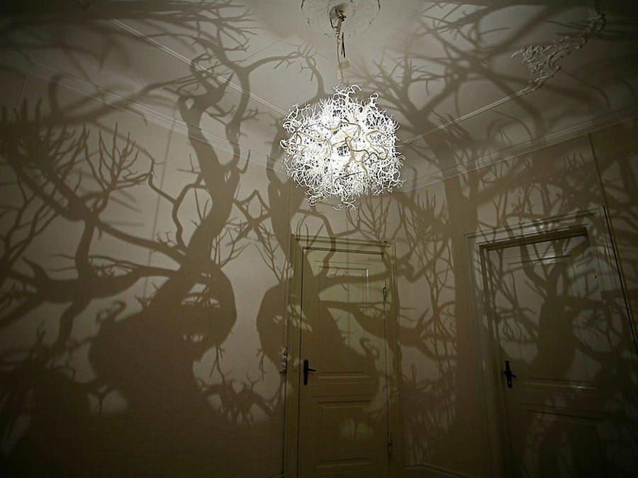 Люстра с проекцией леса не всем придется по душе, но ее оригинальность и реалистичность у большинства вызывает восторг