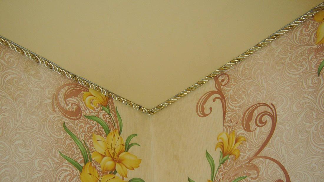 Цвет декоративного шнура лучше выбирать контрастный по отношению к потолку