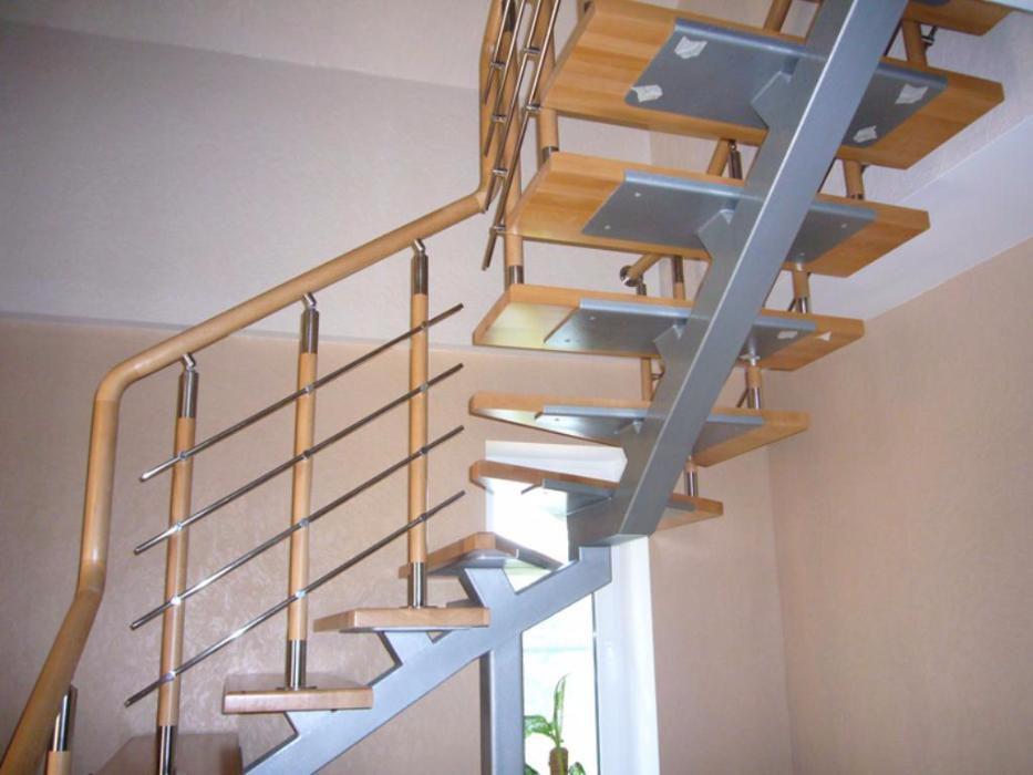 В таких типах конструкций предусмотрены промежуточные площадки, однако, чаще всего их заменяют забежными ступенями,чтобы сэкономить пространство