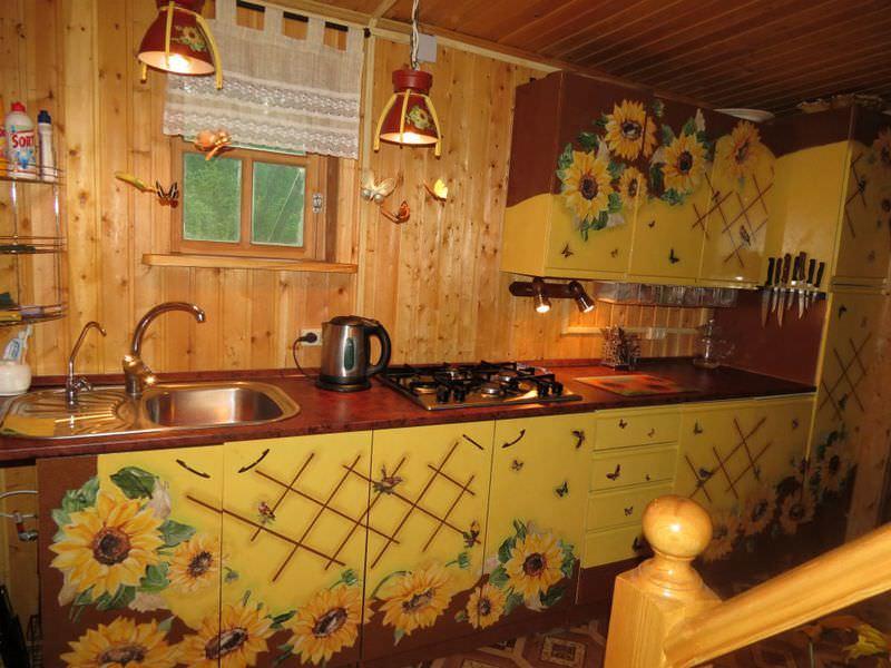 Старая кухня с обновленными в технике декупаж фасадами, прослужит еще много лет после замены столешницы