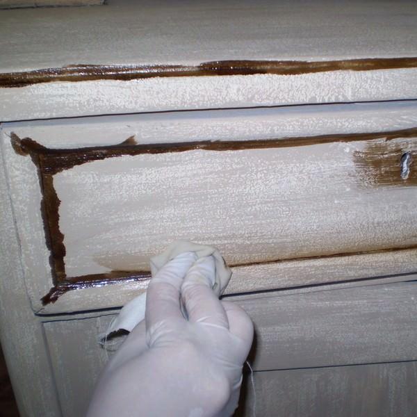 Обработка фрагментов мебели патиной добавляет эффект старения ее общему облику
