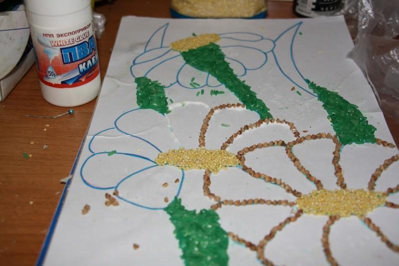 Для составления более яркой композиции, некоторые крупы перед использованием можно окрасить