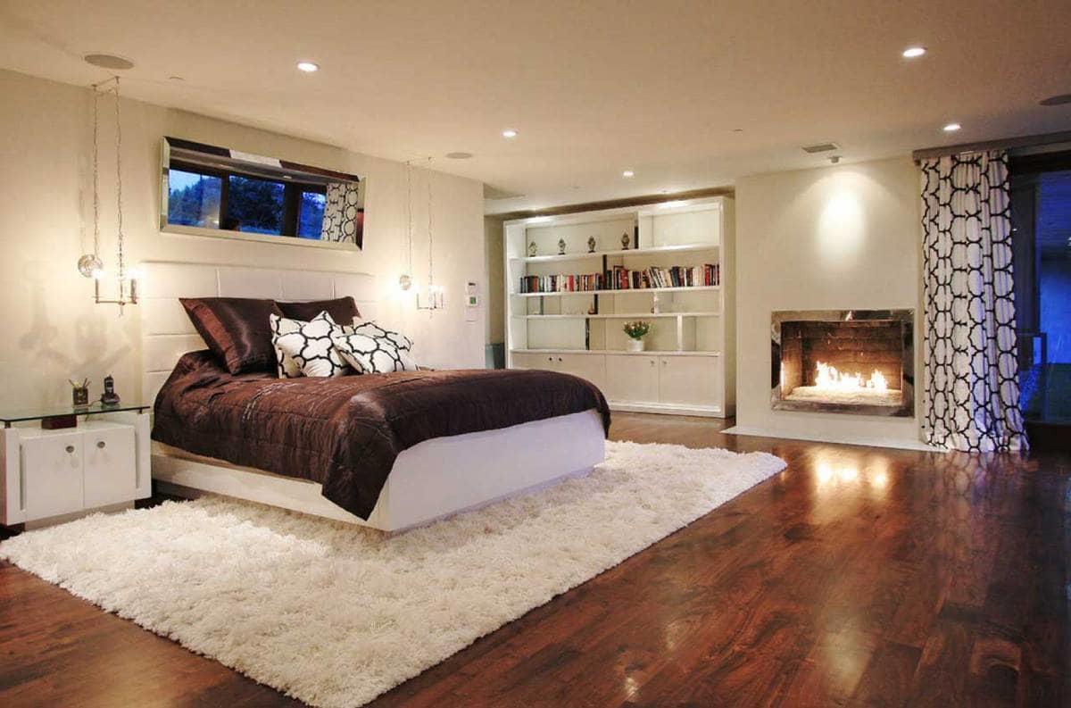При выборе коврового изделия для спальни следует учитывать дизайн и цветовую гамму комнаты
