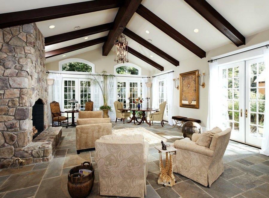 Декоративные балки зачастую используются в частных домах и придают потолку оригинального дизайна