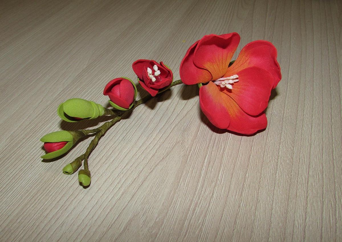 При изготовлении цветов из фоамирана стоит применять как минимум 2 цвета
