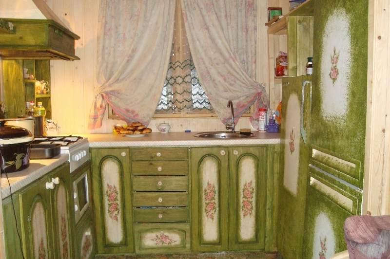 Декупаж кухонной мебели выглядит довольно интересно и разнообразно