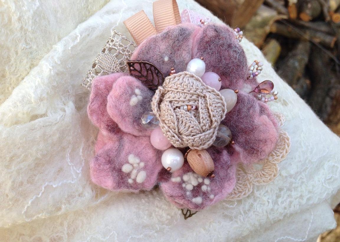 В качестве декора для броши из шерсти могут выступать бусинки, желуди, элементы из ткани