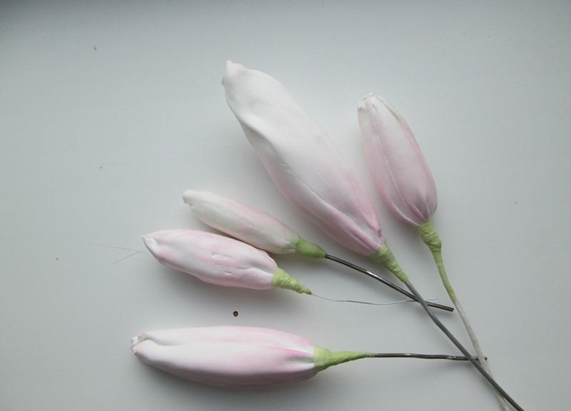 В букете лилий из фоамирана должны оставаться нераскрывшиеся бутоны