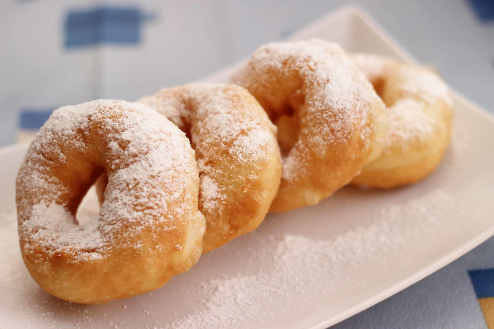 Посыпаем пончики пудрой. Все они готовы к употреблению, приятного аппетита