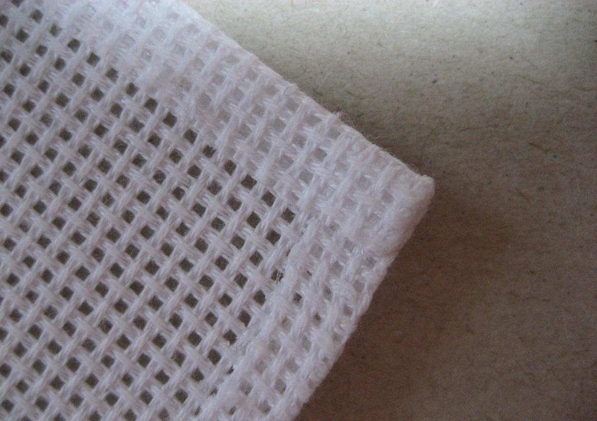 Китайские наборы для вышивания имеют одно преимущество: края канвы полностью обработаны