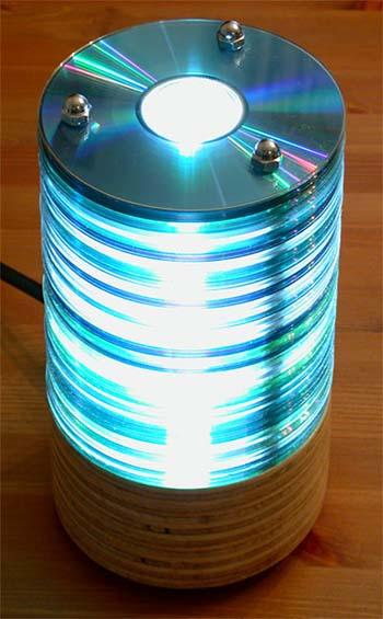 Помимо люстры, диски можно использовать и для ночника своими руками