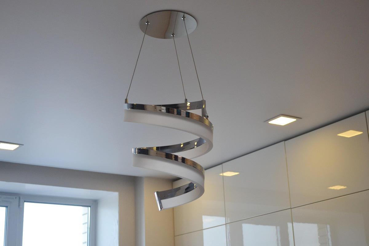 Натяжной матовый потолок хорошо вписывается в интерьер, выполненный в стиле хай-тек или минимализм