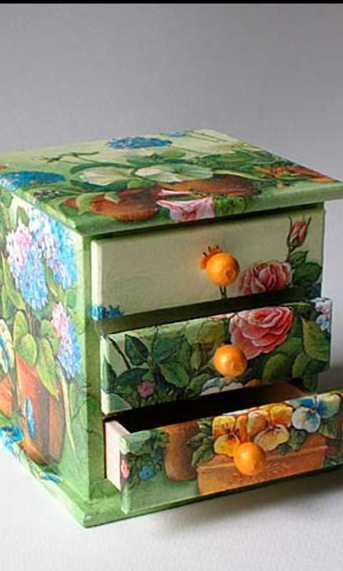Наносить необычный рисунок при помощи салфеток, клея и лака можно не только на мебель с большими габаритами