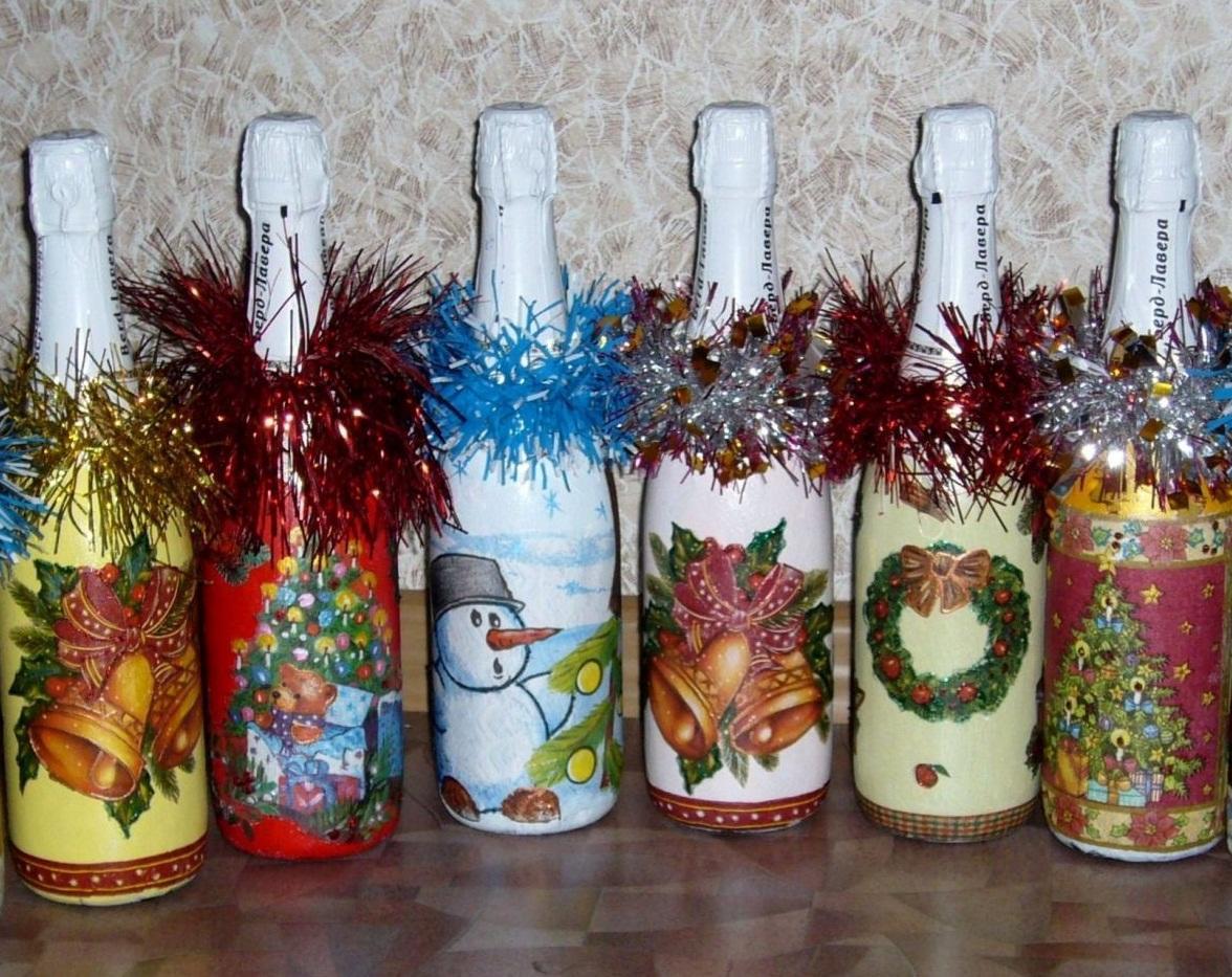 Дополнительно украсить бутылку можно с помощью новогоднего дождика