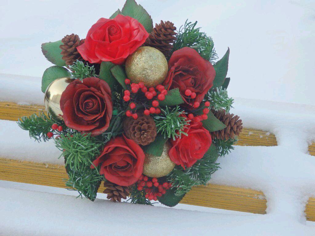 Новогодний букет прекрасно дополнит интерьер помещения и создаст атмосферу праздника