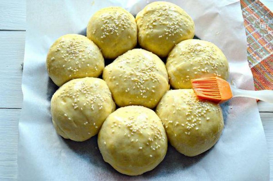 Чтобы корочка на булочке была румяной, перед выпеканием тесто промазывают яйцом и чуть-чуть посыпают сахаром