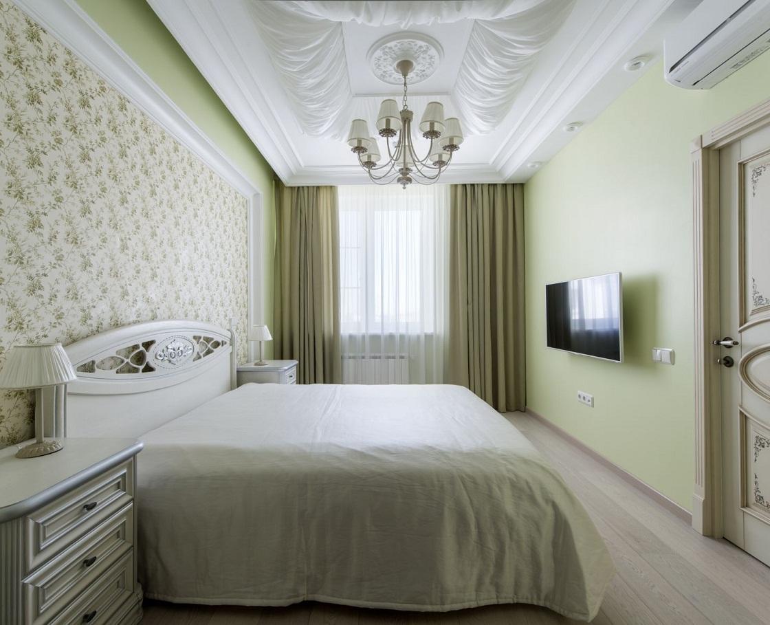 В спальне 18 кв. м отличным вариантом является расположение телевизора на стене перед кроватью