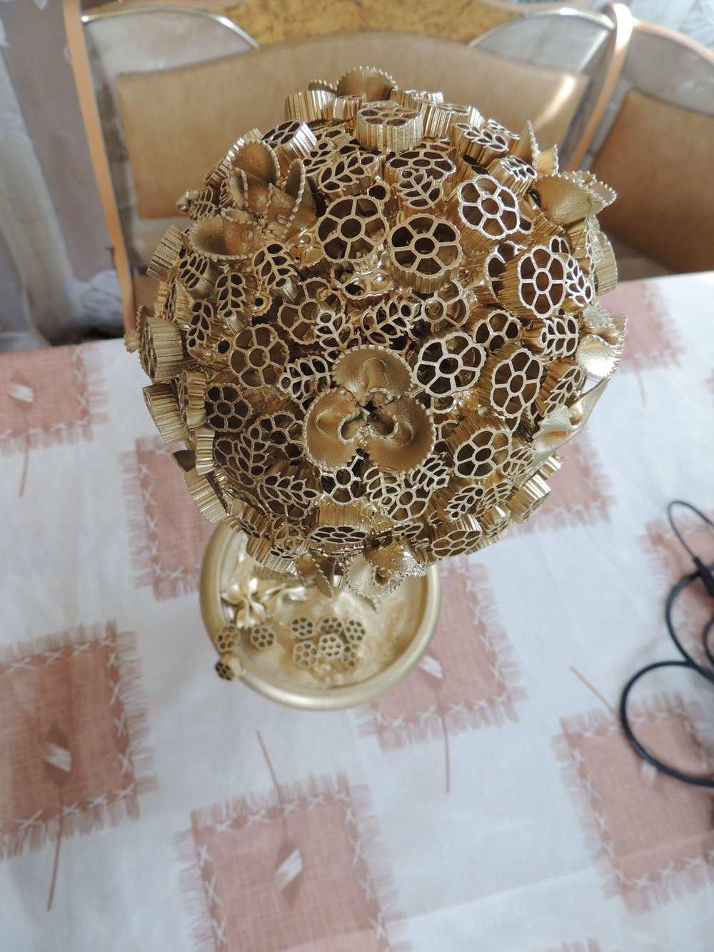 Использование макарон, как элемента для декорирования не является новшеством. Макаронами оформляются картины, шкатулки, плафоны, вазоны и многие другие элементы интерьера