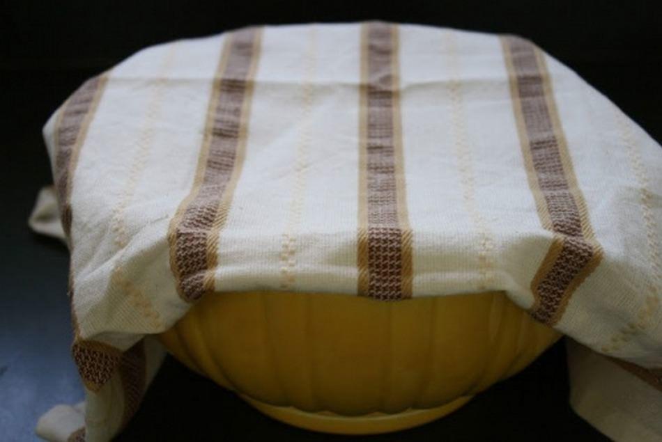 Обмазываем тесто растительным маслом и на час ставим в теплое место