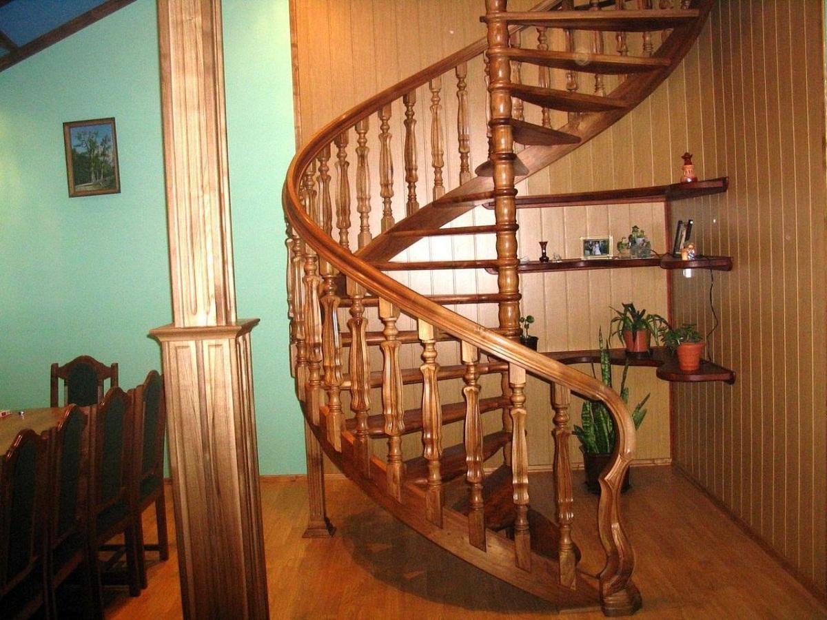Среди преимуществ деревянной межэтажной лестницы стоит отметить экологичность и отличные эстетические качества