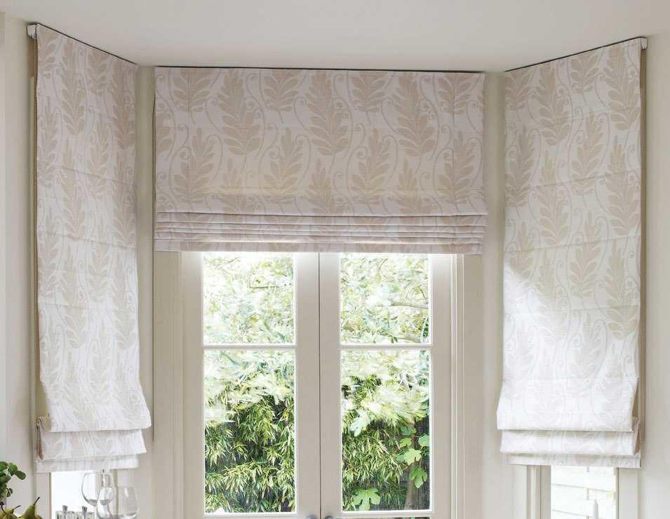 Если вы хотите, чтобы комната визуально казалась шире, то лучше всего использовать светлые шторы