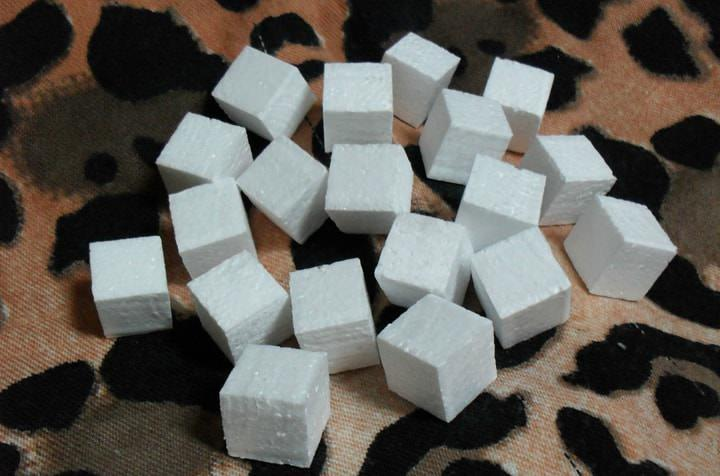 Кубики пенопласта набиваются в вазу для топиария для того, чтобы не дать упасть палочке на которую крепится основа