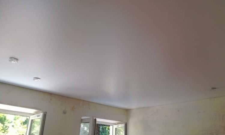 Как правило, багеты не клеят на многоуровневый потолок, так как они там лишние