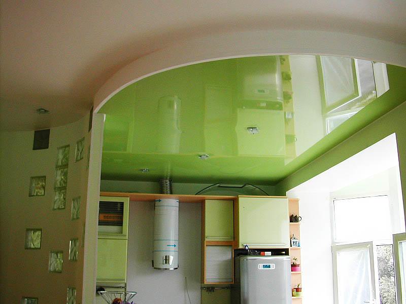 Натяжной потолок не только приукрасит ваш дизайн кухни-гостиной, но и прослужит длительных срок