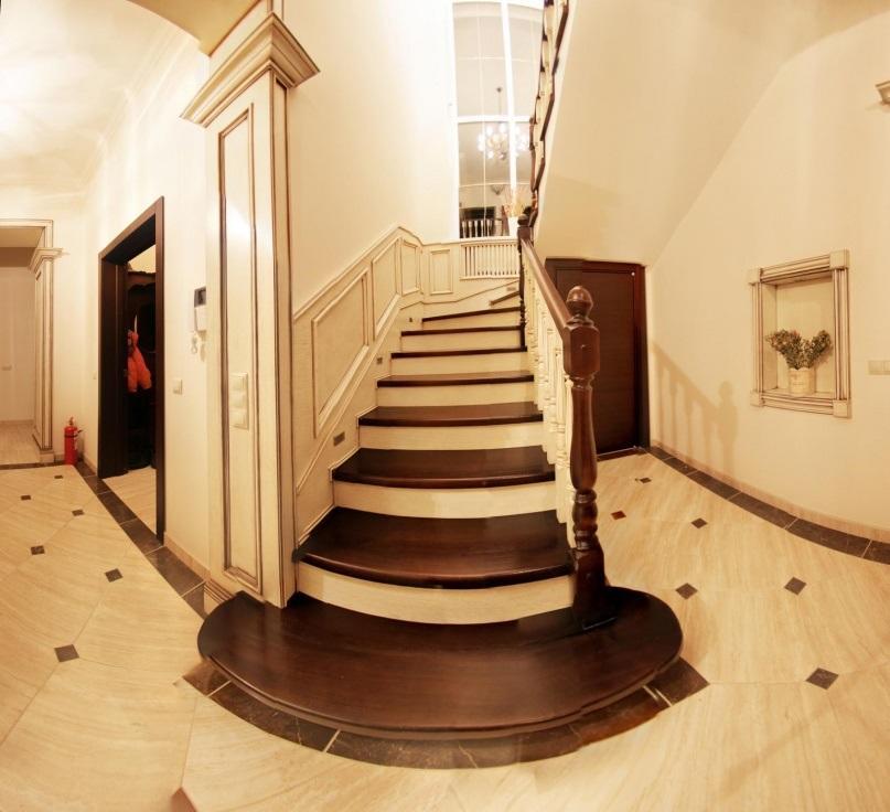 Лестница в классическом стиле характеризуется изысканностью и элегантностью, поэтому ее лучше выбирать для обустройства дорогих интерьеров
