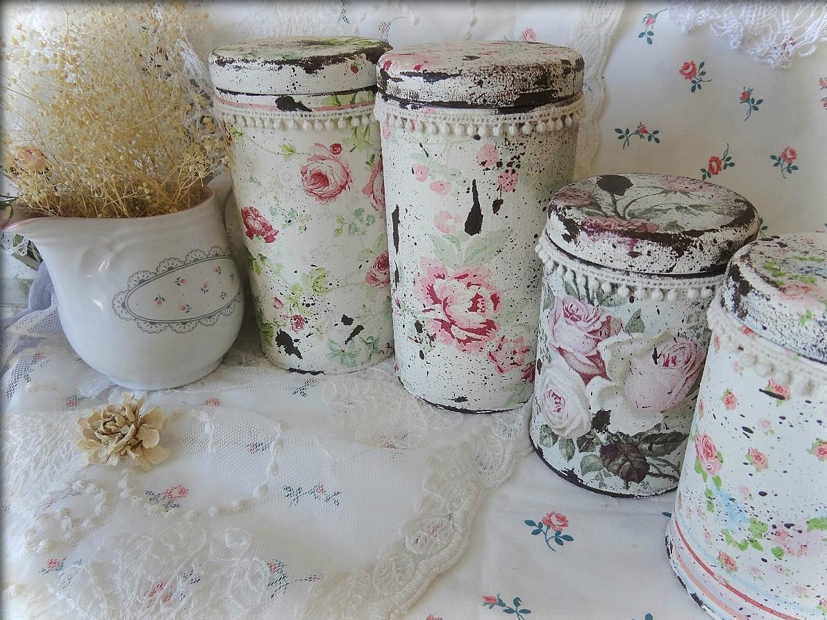 Для кухни в стиле прованс прекрасно подойдут декупажные баночки с цветочными мотивами
