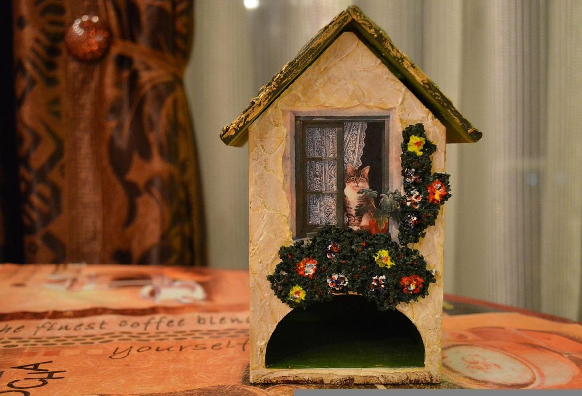 Сделать чайный домик более привлекательным можно с помощью картинки, на которой изображен выглядывающий из окна кот