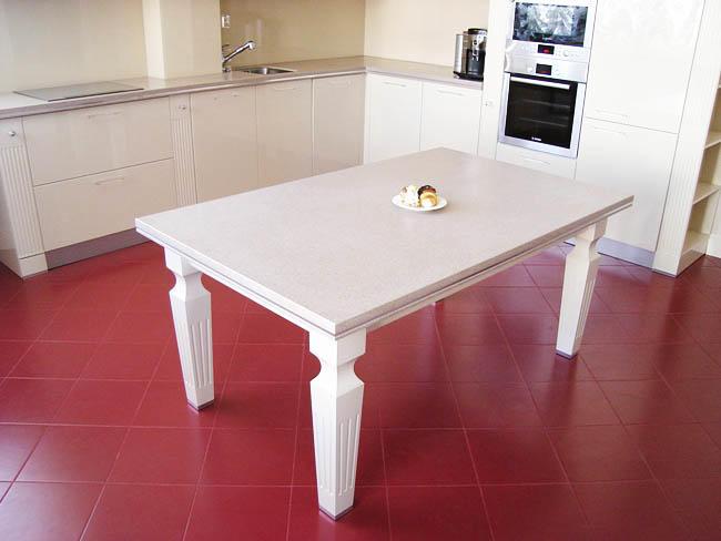 Обеденный стол из искусственного камня будет яркой дизайнерской находкой, привлекающей внимание