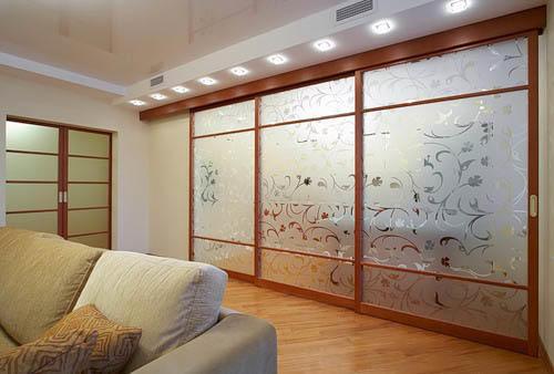 Перегородка между кухней и гостиной из матового стекла будет очень уместна в кухне в японском стиле