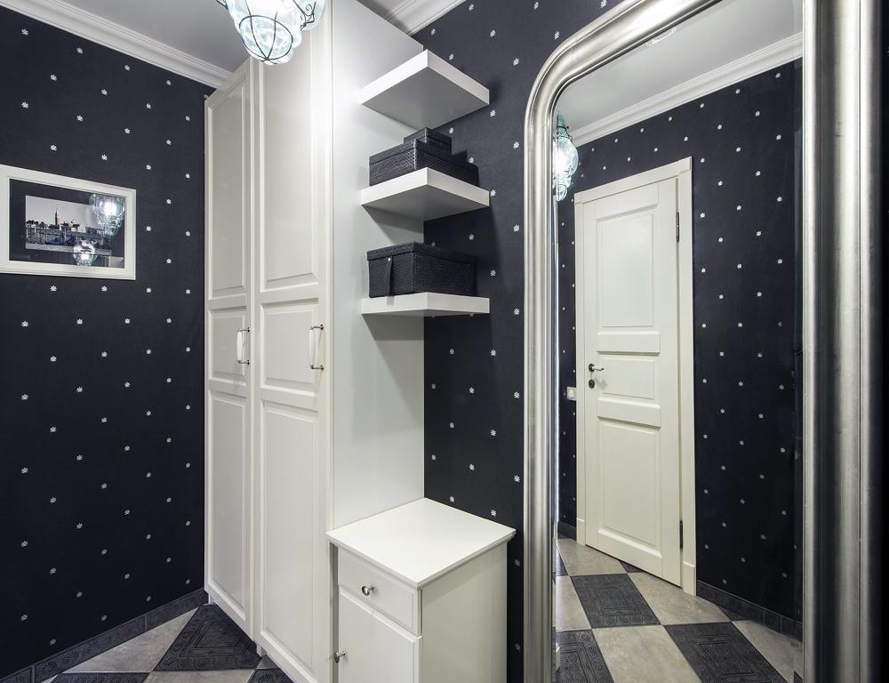 С визуальным расширением пространства в прихожей справится мебельный гарнитур белого цвета