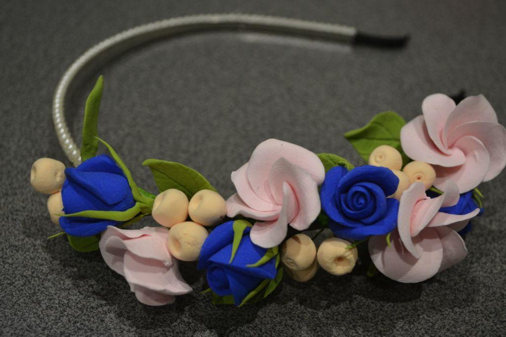 Самодельными цветками плюмерии из фоамирана можно красиво и необычно украсить ободок для волос