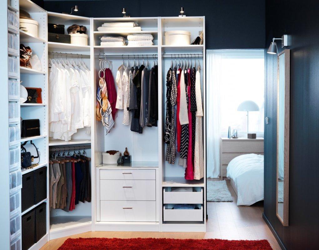 Обустроить гардеробную можно самостоятельно, главное — заранее продумать ее дизайн и подобрать мебельный гарнитур