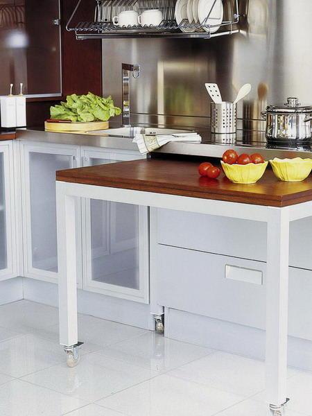 Чтобы сделать кухню еще функциональнее, можно приобрести или сделать своими руками выдвижной стол на колесиках