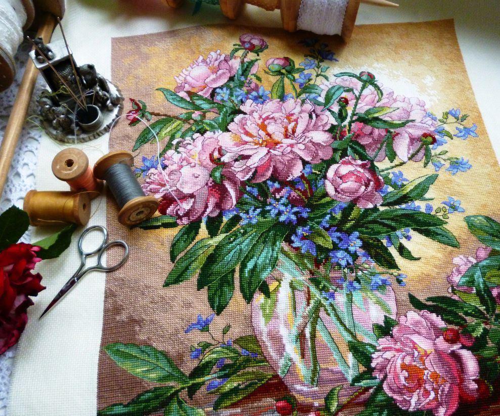 Чтобы сохранить неброское очарование вышивки, необходимо использовать цветы в качестве узора, которые превращают обычную работу в символ любви и красоты