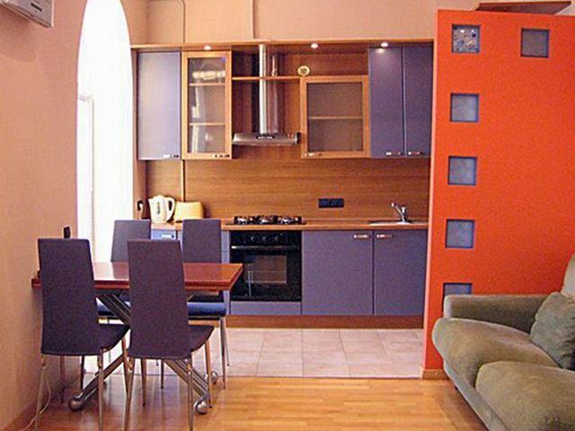Линейное расположение мебели более приемлемо для совмещенной кухни небольшого размера, включающей в себя барную стойку