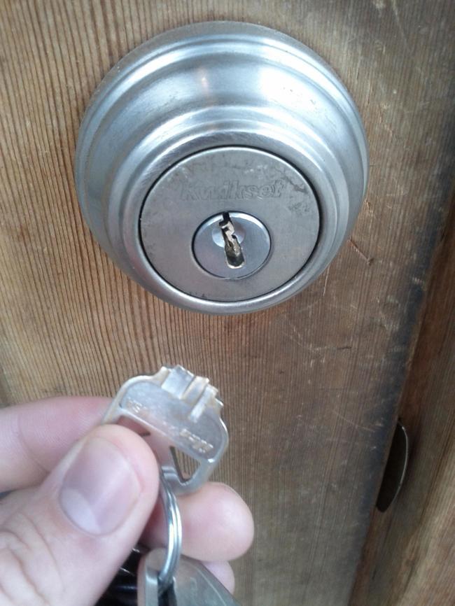 Сломался ключ в замке как вытащить: застрял в двери, что делать и как достать обломок, вытаскивать не могу