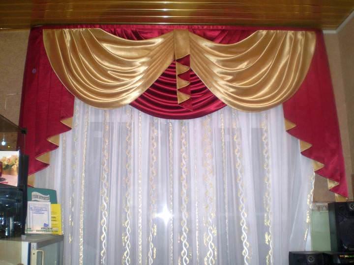 В некоторых случаях ламбрекен вешается на окно без штор, а только с легким прозрачным тюлем, если есть смысл не утяжелять оконную часть