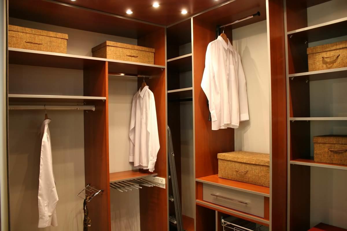 Если гардеробная комната небольшая, то все предметы мебели стоит расположить по периметру