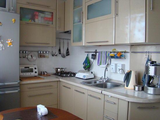 Площадь кухни в брежневке такая же, как и в хрущевке, небольшие отличия заключаются в основном в планировке ванной комнаты и туалета
