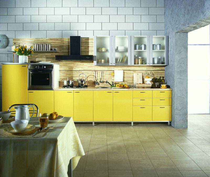 Желтый гарнитур будет отлично сочетаться с фартуком из светлого дерева