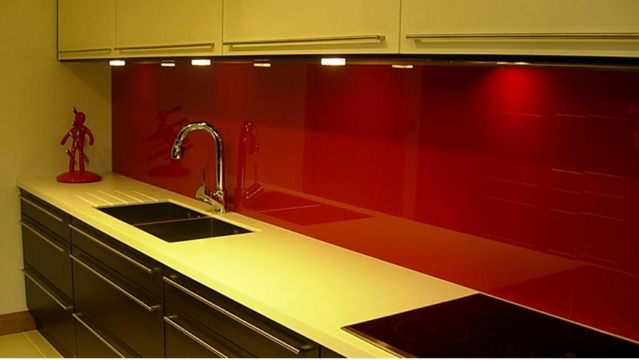 Однотонный фартук сделает интерьер кухни более современным