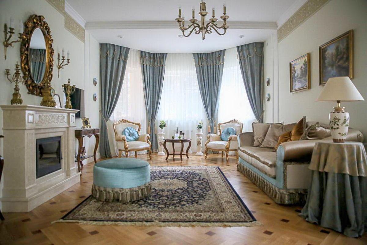 Дополнительно украсить гостиную с эркером можно красивым электрическим камином