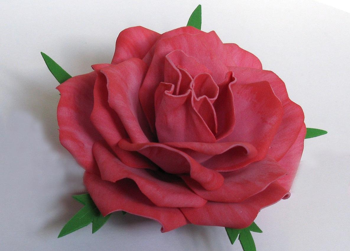Для изготовления розы из фоамирана рекомендуется заранее сделать шаблон лепестков