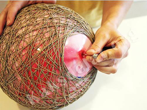 Сначала необходимо надуть шар, помазать клеем его и нитки. Далее нитки необходимо намотать на шар